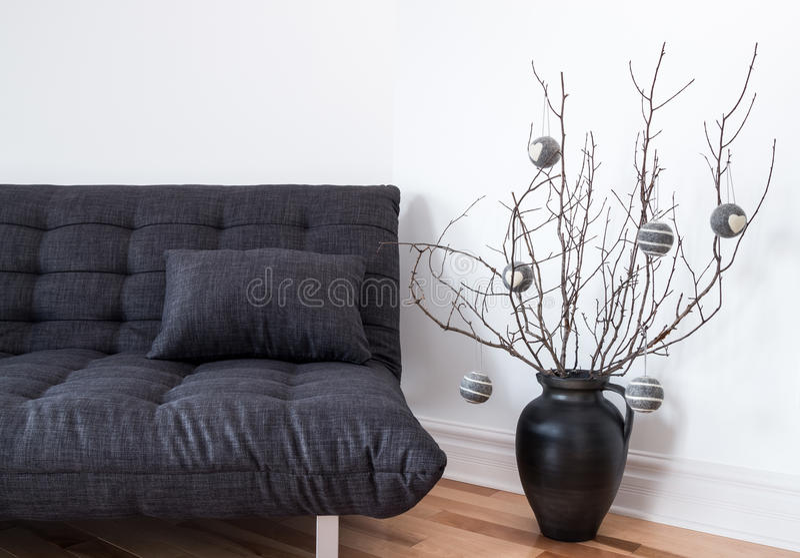 Sofá gris y decoraciones simples del invierno imágenes de archivo libres de regalías