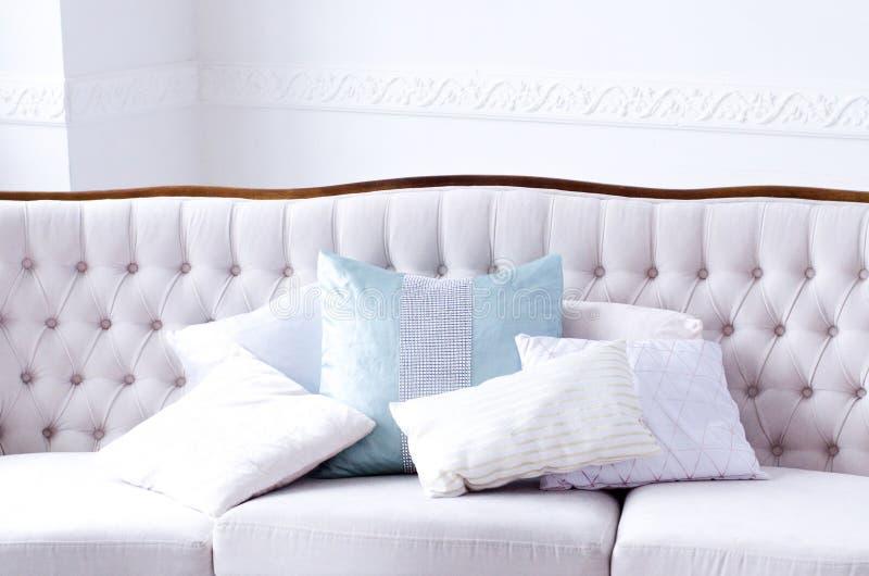 Sofá hermoso con las almohadas en un cuarto brillante fotos de archivo libres de regalías