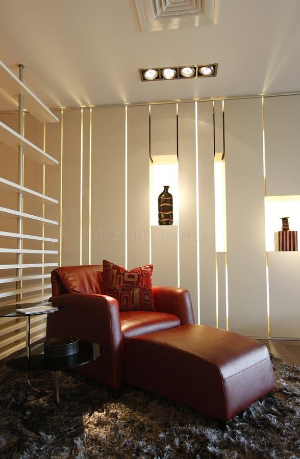 Sofá lujoso en hogar moderno imagen de archivo