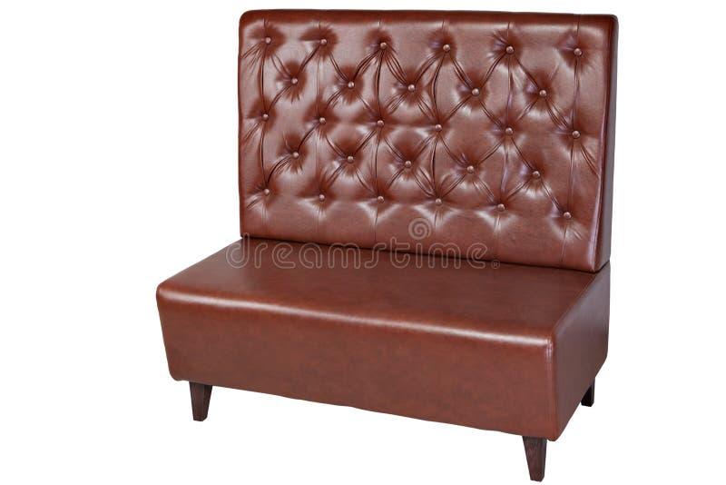 Sofá marrón de la oficina de la piel artificial de dos seater, aislado en wh imagen de archivo libre de regalías