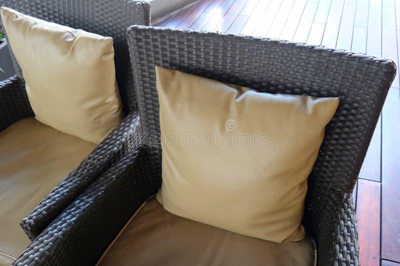 Sofá moderno cómodo de la rota con el amortiguador de Brown foto de archivo