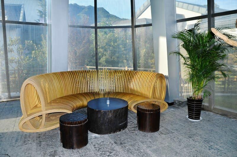 Sofá na entrada do hotel imagens de stock royalty free