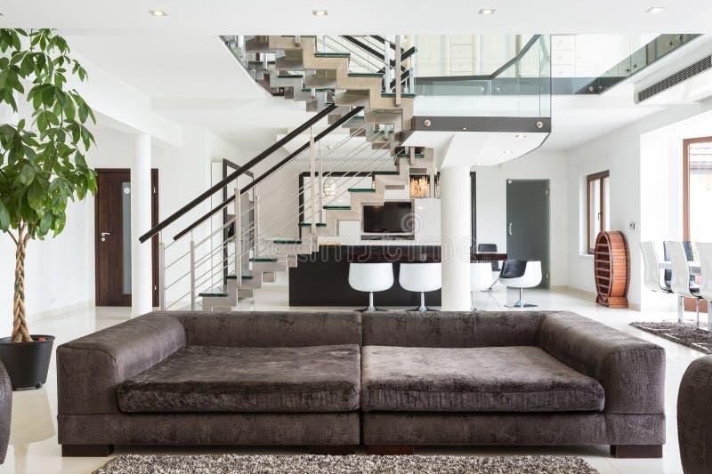 Sofá projetado na casa cara fotos de stock