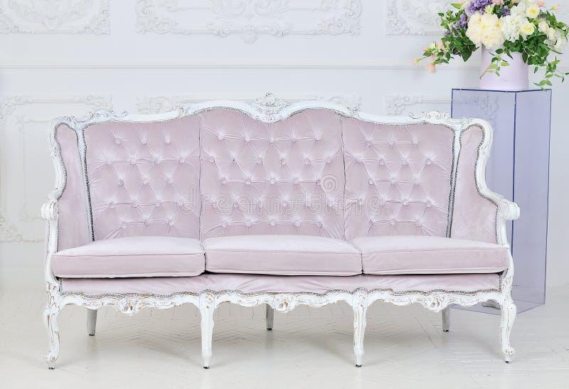Sofá real en interior lujoso fotografía de archivo