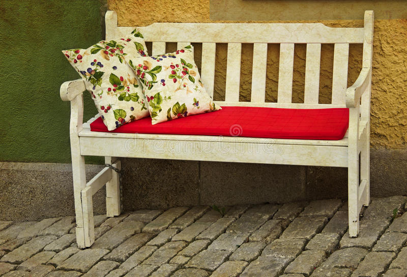 Sofá romántico al aire libre imagenes de archivo