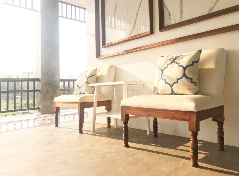 Sofá suave blanco en zona de espera o para la relajación en hotel u ho fotografía de archivo