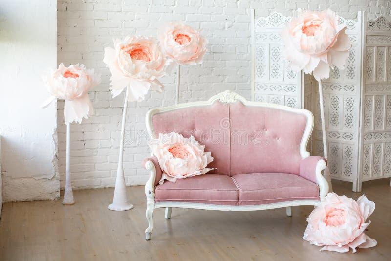 Sofá suave con tapicería bastante rosada de la tela foto de archivo