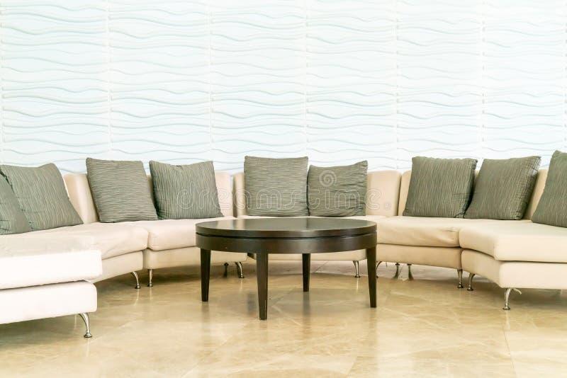 sofá vacío con la almohada en pasillo del hotel imagen de archivo libre de regalías