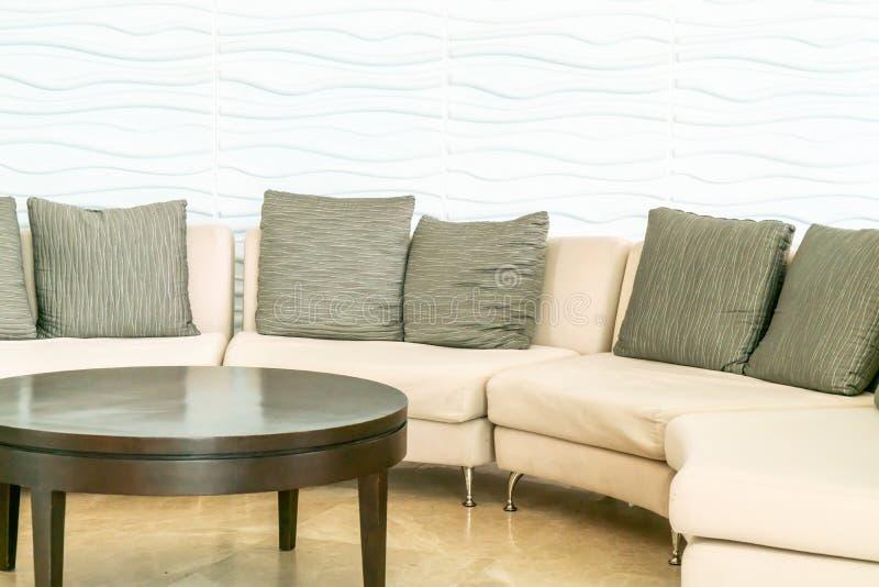 sofá vacío con la almohada en pasillo del hotel imagen de archivo