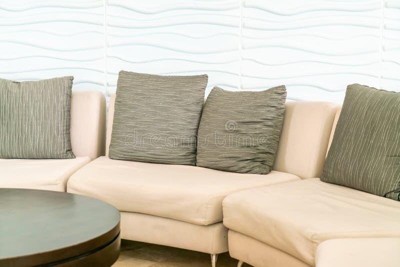 sofá vacío con la almohada en pasillo del hotel fotografía de archivo