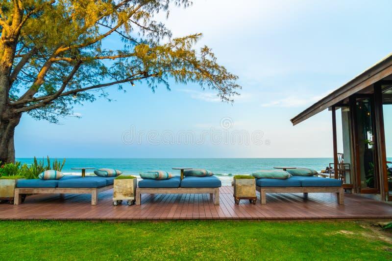 sofá vacío de la silla de playa con la opinión del mar imagen de archivo libre de regalías