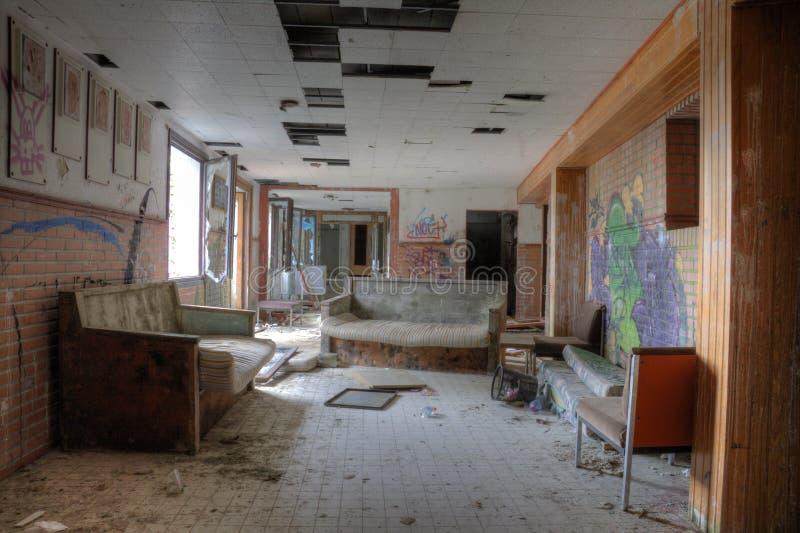 Sofá velho e cadeira vermelha foto de stock royalty free