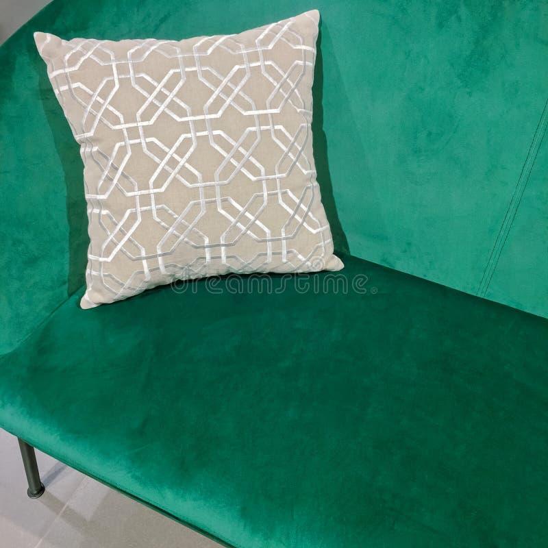 Sofá verde del terciopelo con el amortiguador adornado imagen de archivo libre de regalías