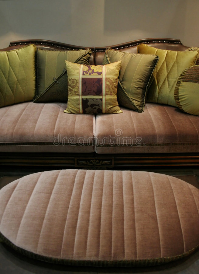 Sofá verde y silla que corresponde con - interiores caseros fotos de archivo