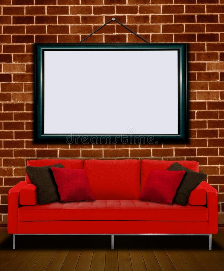 Sofá vermelho com moldura para retrato fotografia de stock