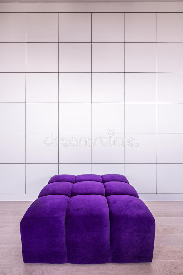 Sofá violeta moderno imagenes de archivo