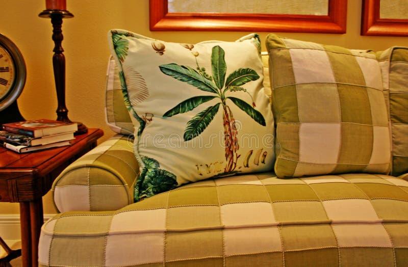 Sofá y almohadillas de la tela escocesa imagenes de archivo