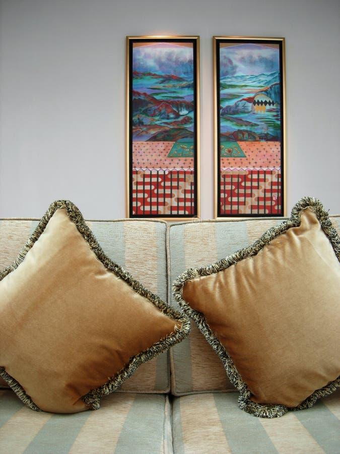 Sofá y cuadros elegantes agradables fotografía de archivo