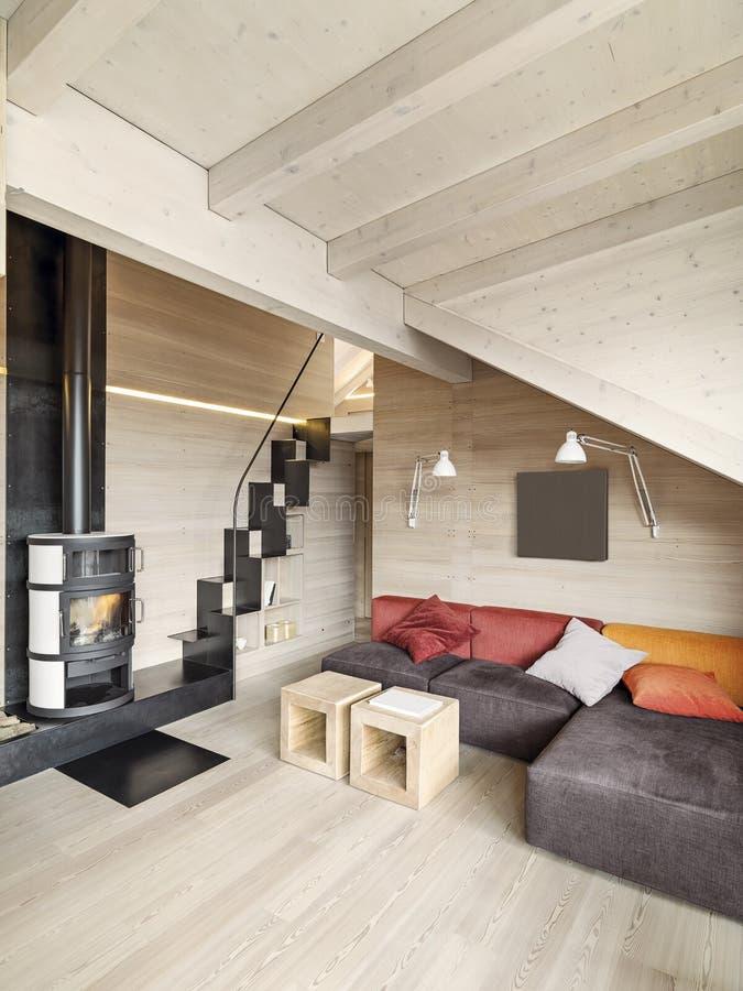 Sofá y estufa modernos en la sala de estar fotos de archivo libres de regalías