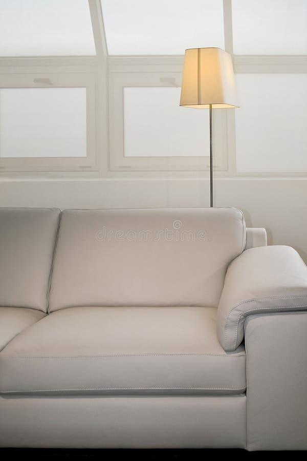 Sofá y lámpara imagen de archivo libre de regalías