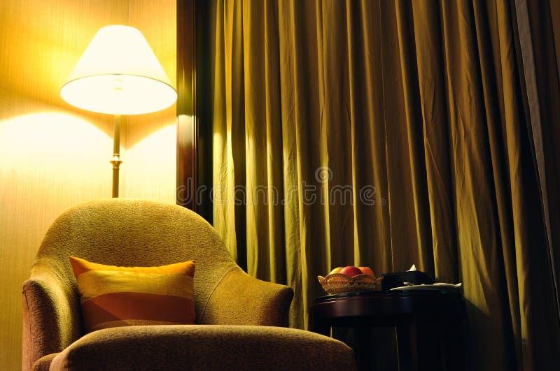 Sofá y mobiliario bajo luz foto de archivo libre de regalías