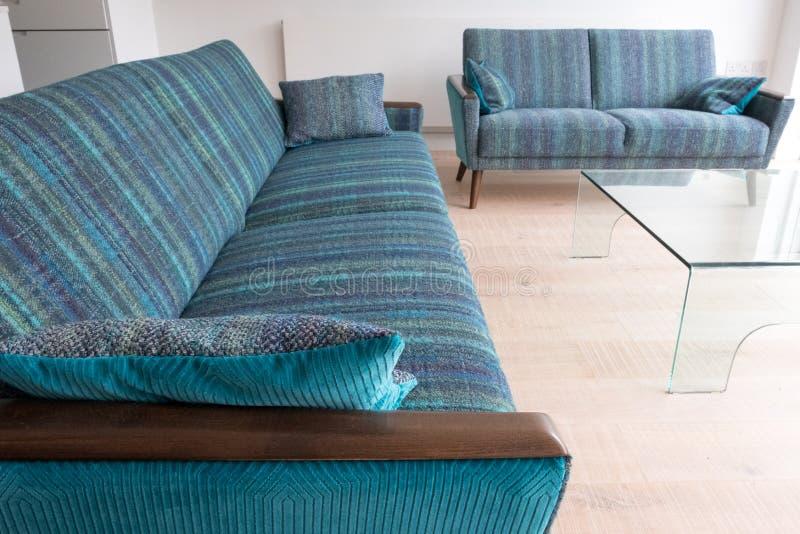 Sofás retros del salón del estilo tapizados en tela rayada azul/verde de las lanas fotos de archivo libres de regalías