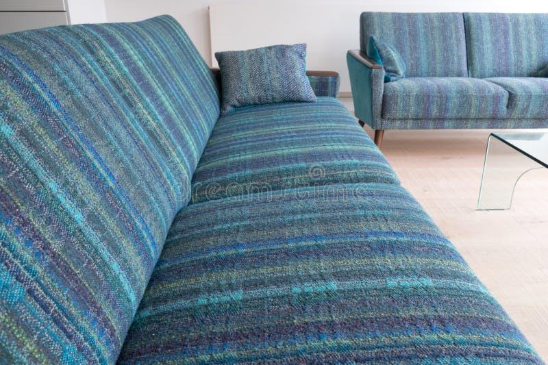 Sofás retros del salón del estilo tapizados en tela rayada azul/verde de las lanas imagen de archivo