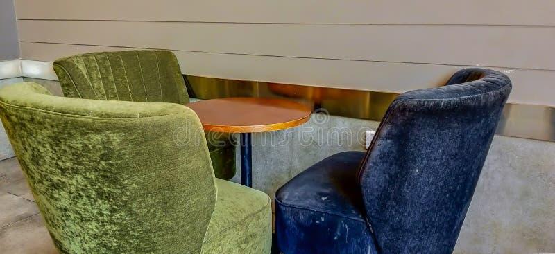 3 sofás vacantes que esperan a los inquilinos en salón del negocio fotos de archivo