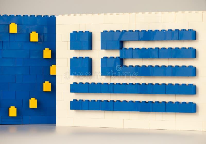 Sofía, Bulgaria - 15 de julio de 2015: El plástico LEGO bloquea las formaciones, mostrando la bandera nacional de Grecia con símb fotos de archivo libres de regalías
