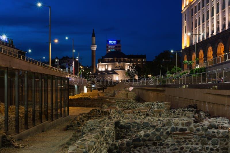 SOFÍA, BULGARIA - 2 DE MAYO DE 2018: Mezquita de Banya Bashi y ruinas de Serdica antiguo en Sofía, Bulgaria en la noche imagen de archivo