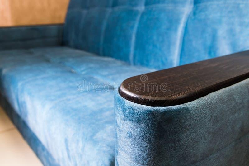 Sof? blu del tessuto del bracciolo della maniglia del primo piano Nuova mobilia Profondit? del campo poco profonda fotografie stock