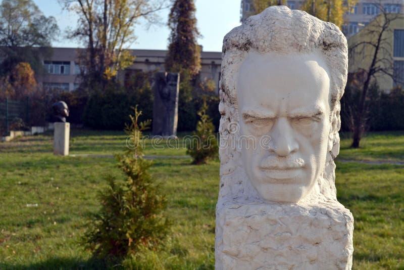 Sof?a/Bulgaria - noviembre de 2017: estatua de la Soviet-era en el museo del arte socialista foto de archivo libre de regalías