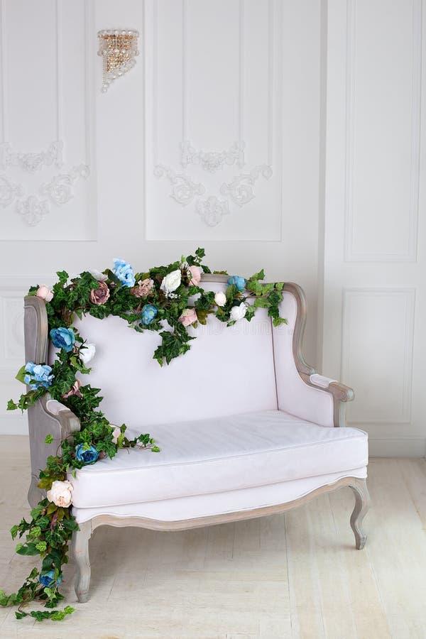 Sof? cl?sico de la materia textil ligera en un cuarto del vintage un interior real cl?sico ligero con un sof? suave con una tapic imagen de archivo