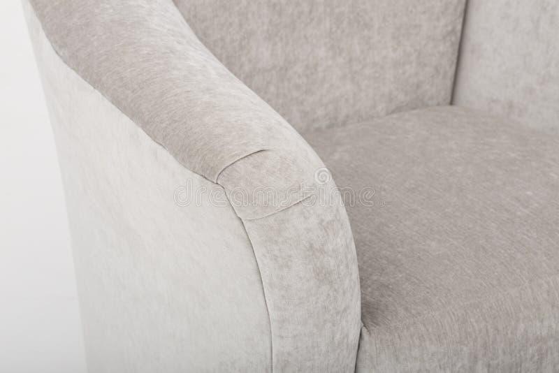 Sof? di cuoio accogliente dei sedili, un sof? moderno in tessuto grigio chiaro, 2-Seat sof?, sof? di 2 seater del cuscino della p immagine stock libera da diritti