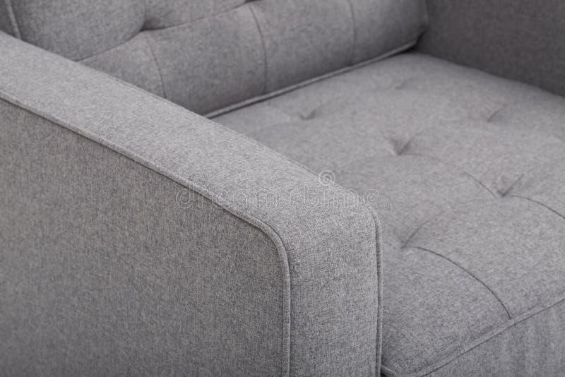 Sof? di cuoio accogliente dei sedili, un sof? moderno in tessuto grigio chiaro, 2-Seat sof?, sof? di 2 seater del cuscino della p fotografie stock