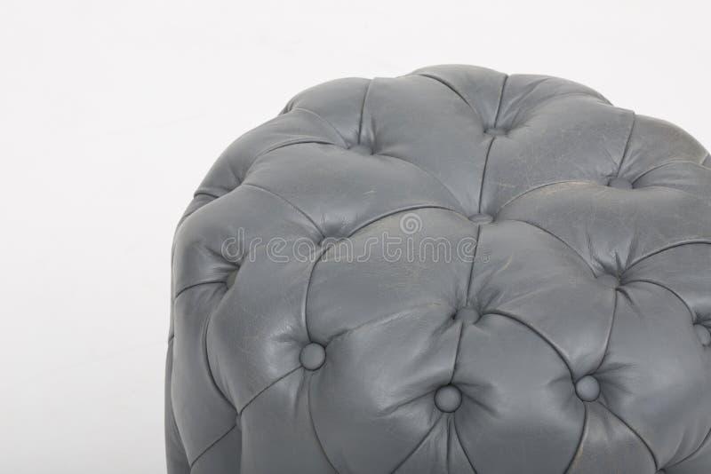 Sof? di cuoio accogliente dei sedili, un sof? moderno in tessuto grigio chiaro, 2-Seat sof?, sof? di 2 seater del cuscino della p fotografia stock