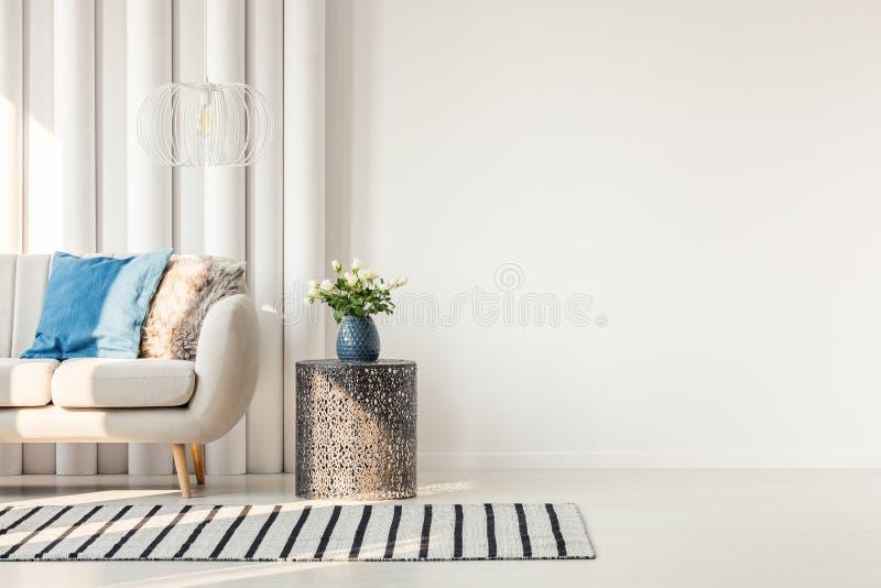 Sofa à côté de mur vide photo stock