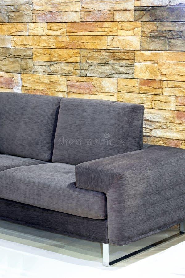 Sofa über Steinen stockfotografie