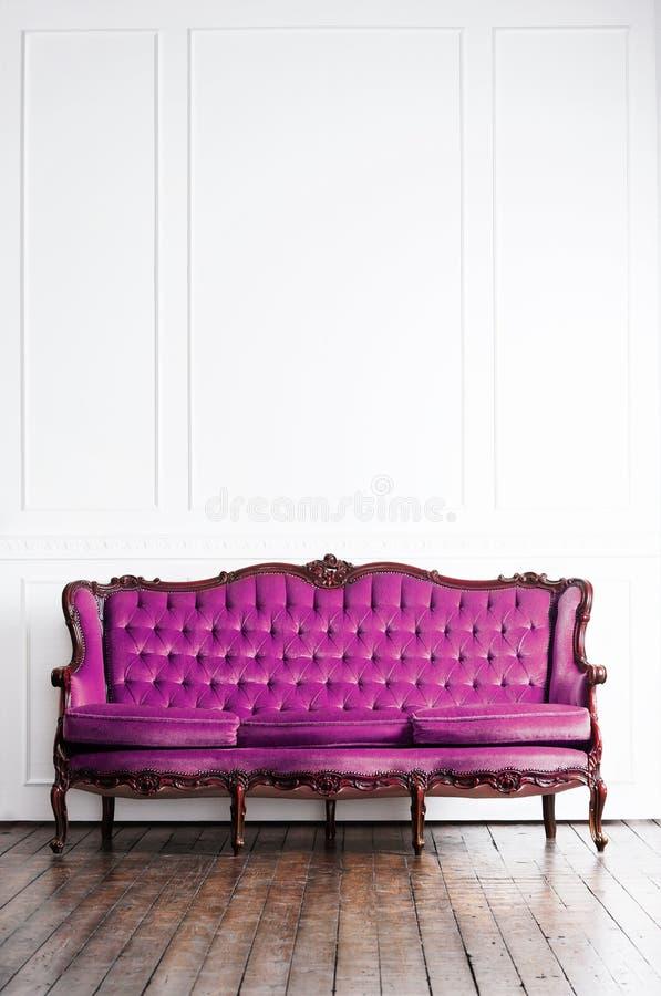 Sofa antique dans un rétro intérieur Fond de cru photo stock