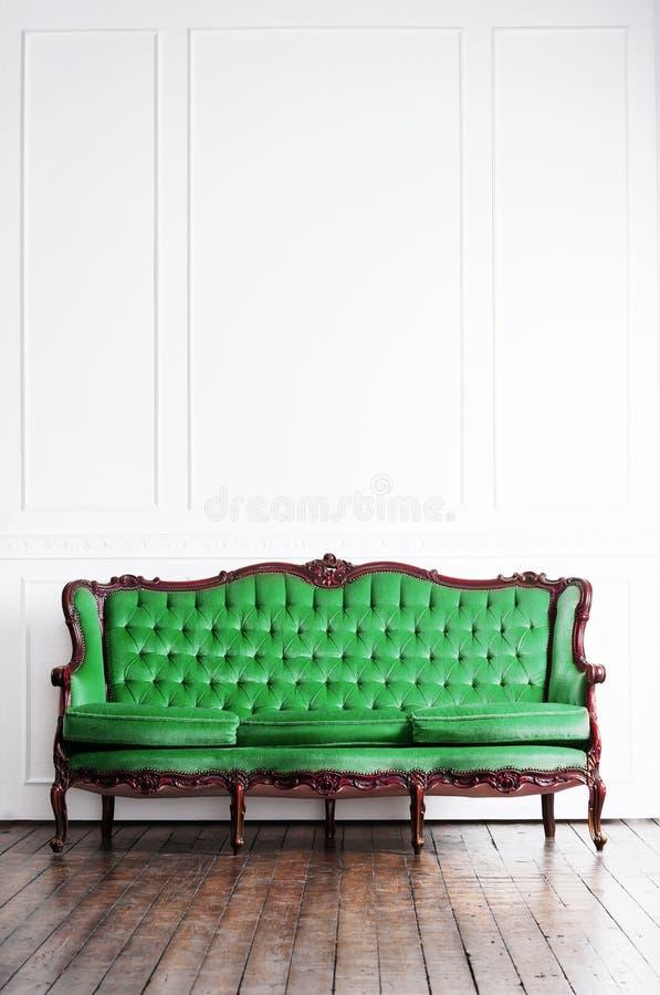 Sofa antique dans un rétro intérieur Fond de cru photo libre de droits