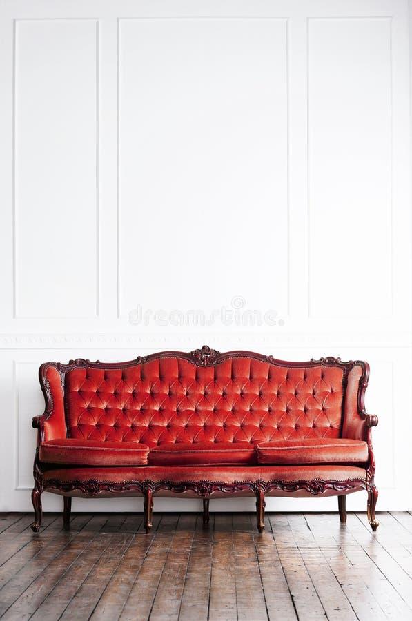 Sofa antique dans un rétro intérieur Fond de cru images libres de droits