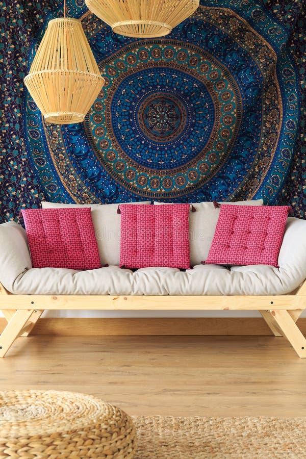 Sofa auf ethnischem materiellem Hintergrund lizenzfreies stockfoto