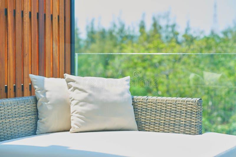 Sofa avec des oreillers au soleil, dehors photos stock
