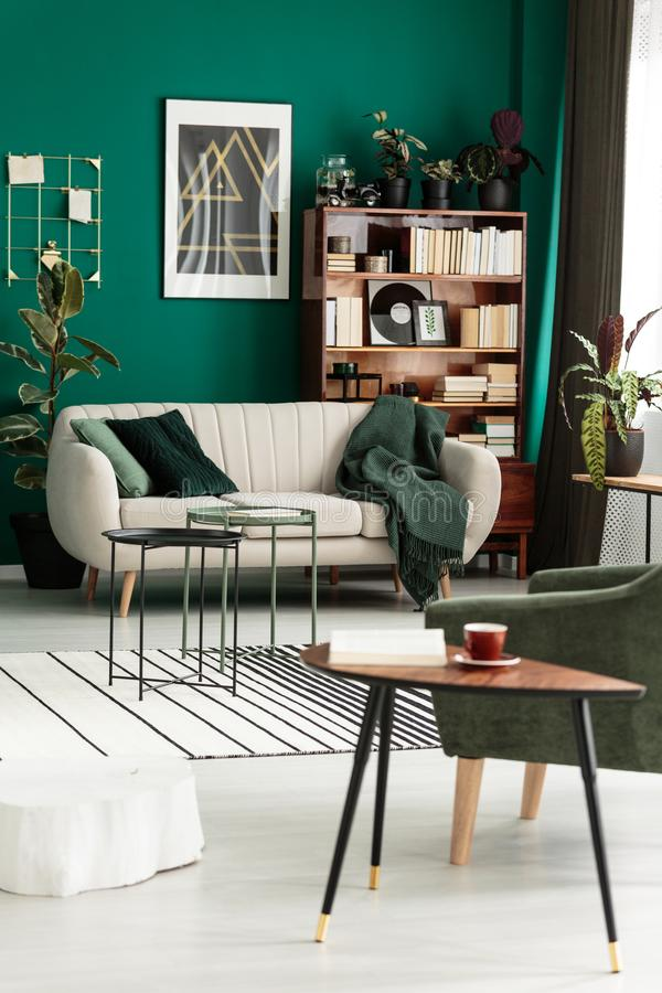 Sofa avec la couverture image stock