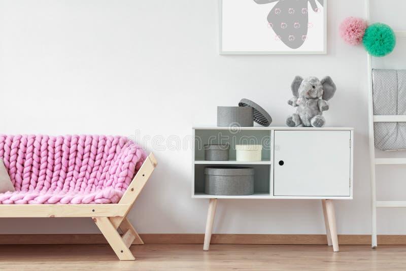 Sofa avec la couverture rose photos stock