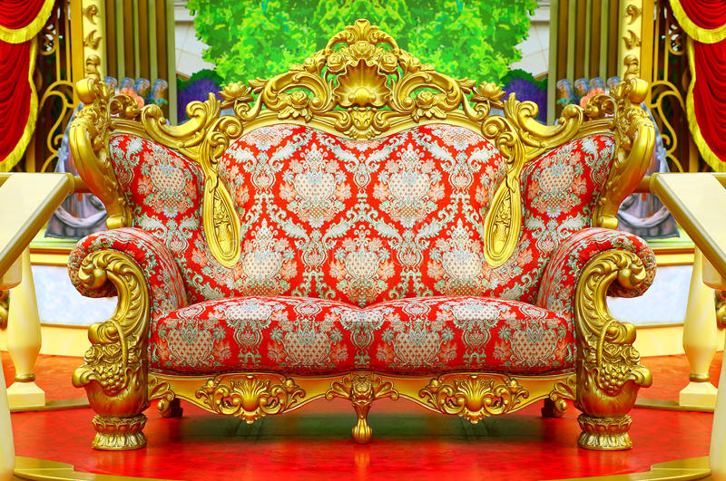 Sofa baroque avec le cadre d'or images libres de droits