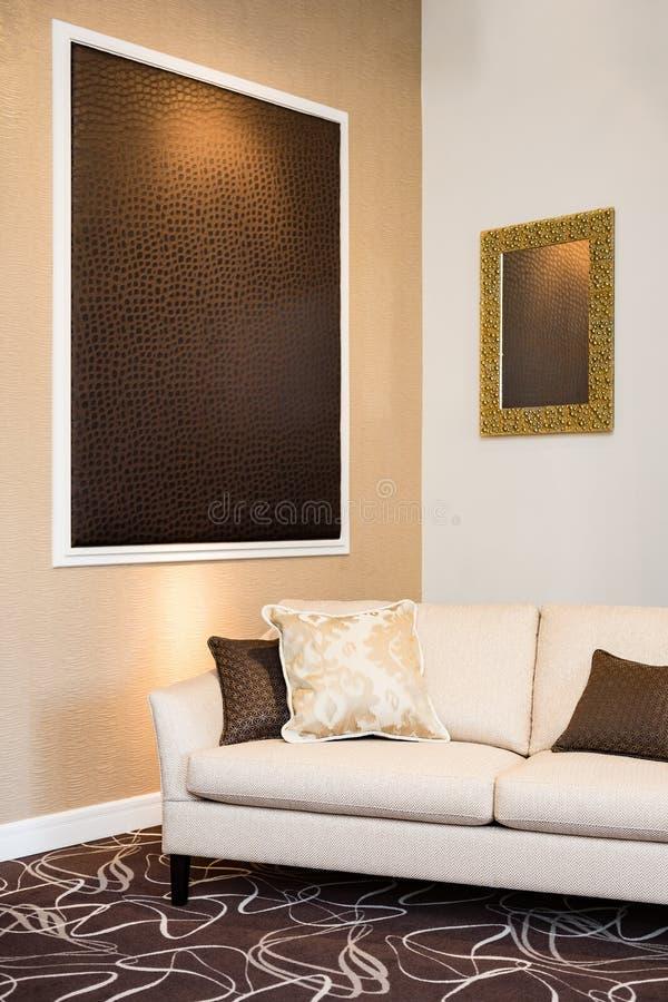 Sofa beige dans le salon luxueux images stock