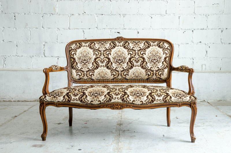 Sofa classique luxueux de vintage photographie stock libre de droits