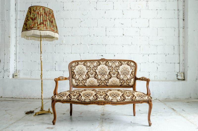 Sofa classique luxueux de vintage avec la lampe de bureau photo stock