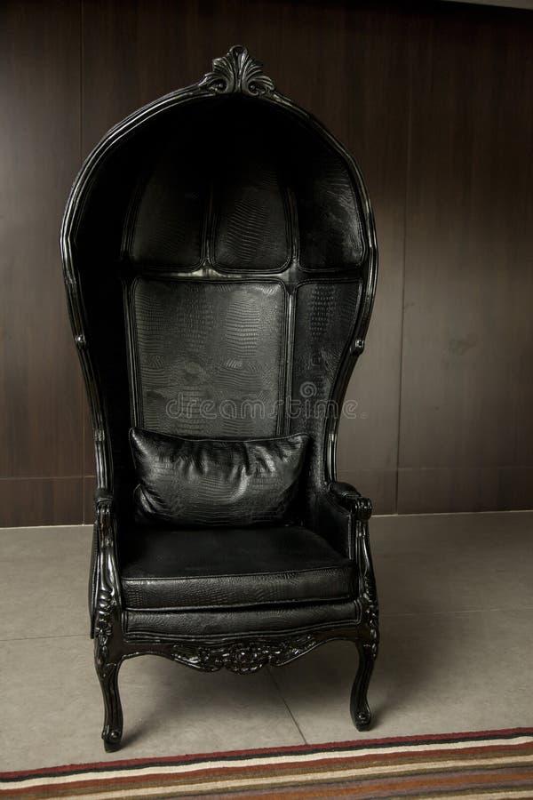 Sofa classique noir de style de cuir véritable dans la chambre de vintage image libre de droits